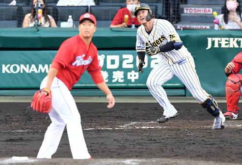 阪神広島東洋カープ8回裏阪神2死、陽川は中越え本塁打を放つ。 投手塹江(撮影前岡正明)