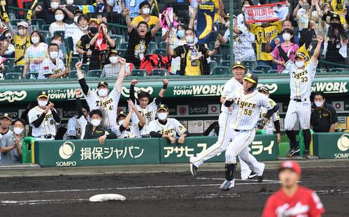 阪神広島東洋カープ8回裏阪神2死、陽川は中越え本塁打を放つ(撮影前岡正明)