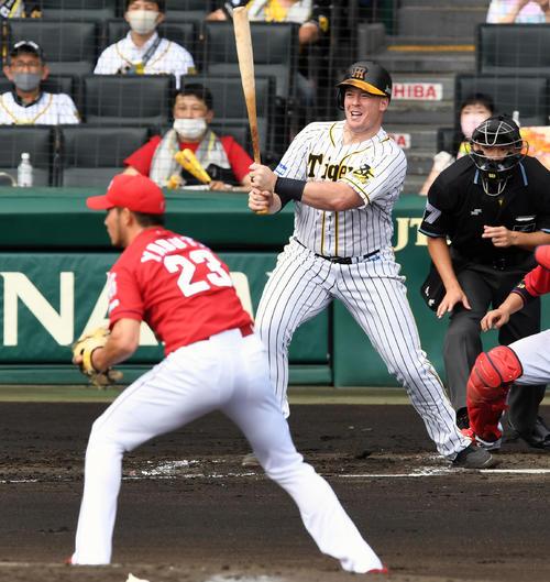 阪神広島東洋カープ1回裏阪神2死1,2塁の穴は、右前適時打を出す。 投手薮田(撮影前岡正明)