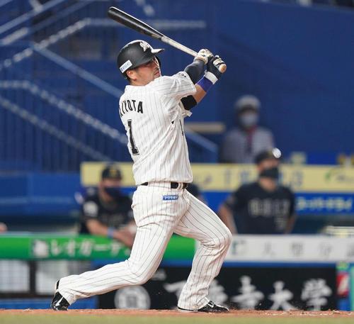 ロッテ対オリックス 5回裏ロッテ1死、右中間にソロ本塁打を放つ清田(撮影・鈴木みどり)