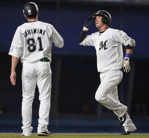 ロッテ対オリックス 5回裏ロッテ1死、右中間にソロ本塁打を放った清田(右)は笑顔で生還(撮影・鈴木みどり)