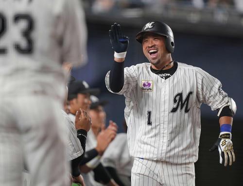ロッテ対オリックス 5回裏ロッテ1死、右中間にソロ本塁打を放った清田(右)は笑顔でナインとエアハイタッチ(撮影・鈴木みどり)