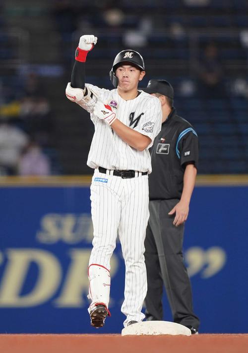 ロッテ対オリックス 3回裏ロッテ1死二、三塁、先制の右2点適時二塁打を放った安田は塁上で右手を挙げる(撮影・鈴木みどり)