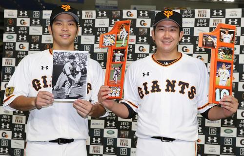 巨人対阪神 開幕から11連勝を達成した巨人菅野(右)は笑顔で記念撮影に納まる。左はスタルヒンの写真を手にする大城(撮影・河野匠)