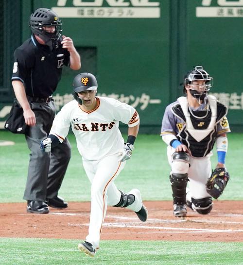 巨人対阪神 2回裏巨人2死一、三塁、同点適時打を放ちガッツポーズする吉川尚(撮影・江口和貴)