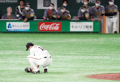 巨人対阪神 4回表阪神2死一、三塁、糸井のスイングが認められず四球で満塁をなり座り込む菅野(撮影・江口和貴)