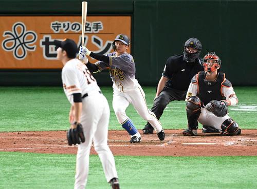 巨人対阪神 5回表阪神1死、右越えソロ本塁打を放つ近本。投手菅野(撮影・鈴木みどり)