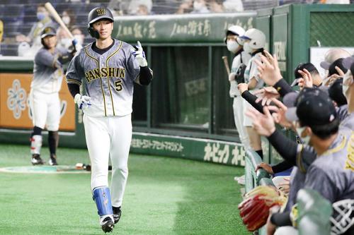 巨人対阪神 5回表阪神1死、近本は2打席連続となる右越え本塁打を放ちベンチのナインとエアタッチする(撮影・加藤哉)