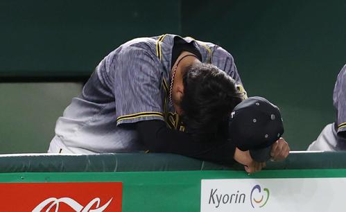巨人対阪神 6回裏巨人無死満塁、降板を告げられベンチでうなだれる高橋(撮影・河野匠)