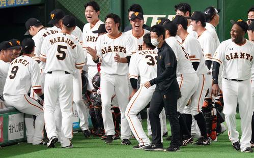 巨人対阪神 試合前、ベンチ前での円陣で声だしした巨人吉川大(中央)(撮影・江口和貴)