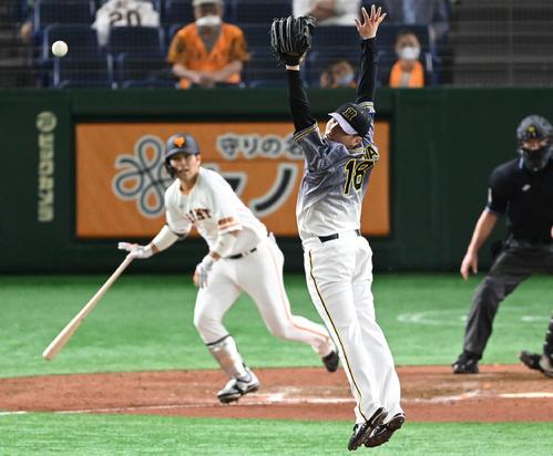 巨人対阪神 8回裏巨人2死一、二塁、大城に中前適時打を浴びる馬場(撮影・鈴木みどり)