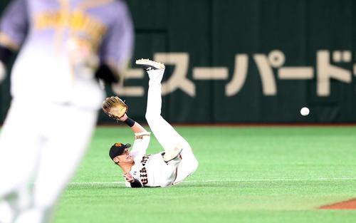 巨人対阪神 9回表阪神1死一、二塁、吉川尚は近本の打球を横っ跳びで好捕しカバーに入る増田大へボールをトスする(撮影・加藤哉)