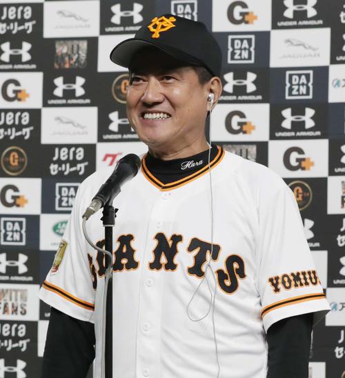 巨人対阪神 阪神を下しM38を点灯させた巨人原監督は笑顔でインタビューに応じる(撮影・河野匠)