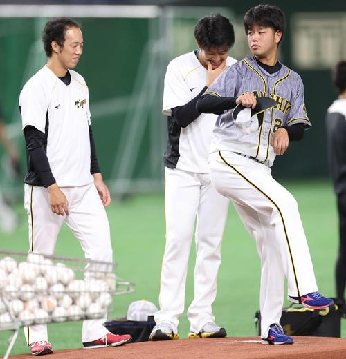 巨人対阪神 試合前、マウンドを確認する阪神高橋(右)。左から青柳、岩貞(撮影・河野匠)