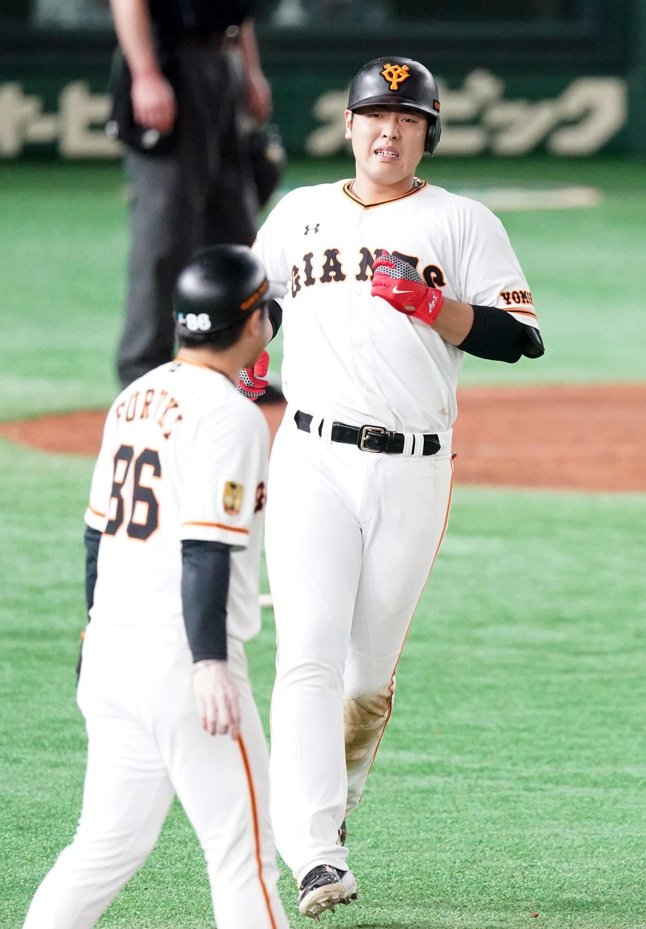 巨人対阪神 6回裏巨人無死一、三塁、同点適時打を放つも厳しい表情を見せる岡本(撮影・江口和貴)