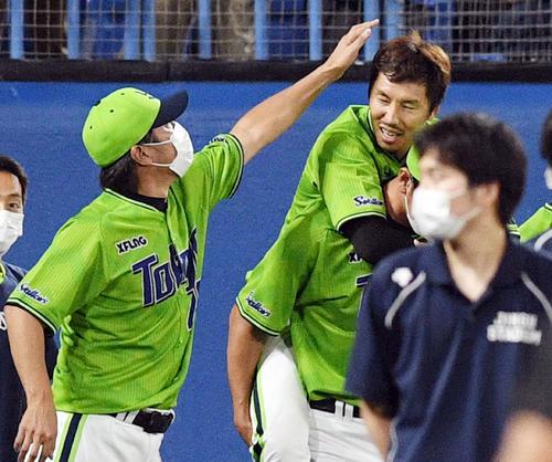 ヤクルト対DeNA 9回表DeNA2死、代打山下の打球を捕球し負傷した上田(右上)は高津監督から頭をなでられる(撮影・滝沢徹郎)