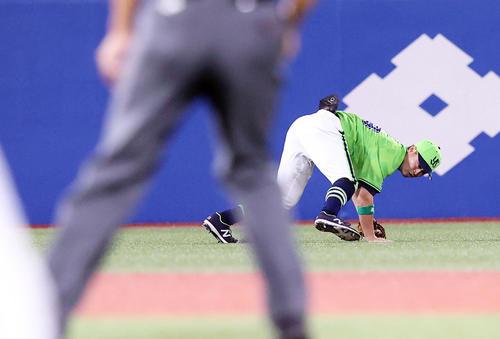 ヤクルト対DeNA 1回表DeNA1死一、二塁、佐野の打球を好捕した青木(撮影・垰建太)