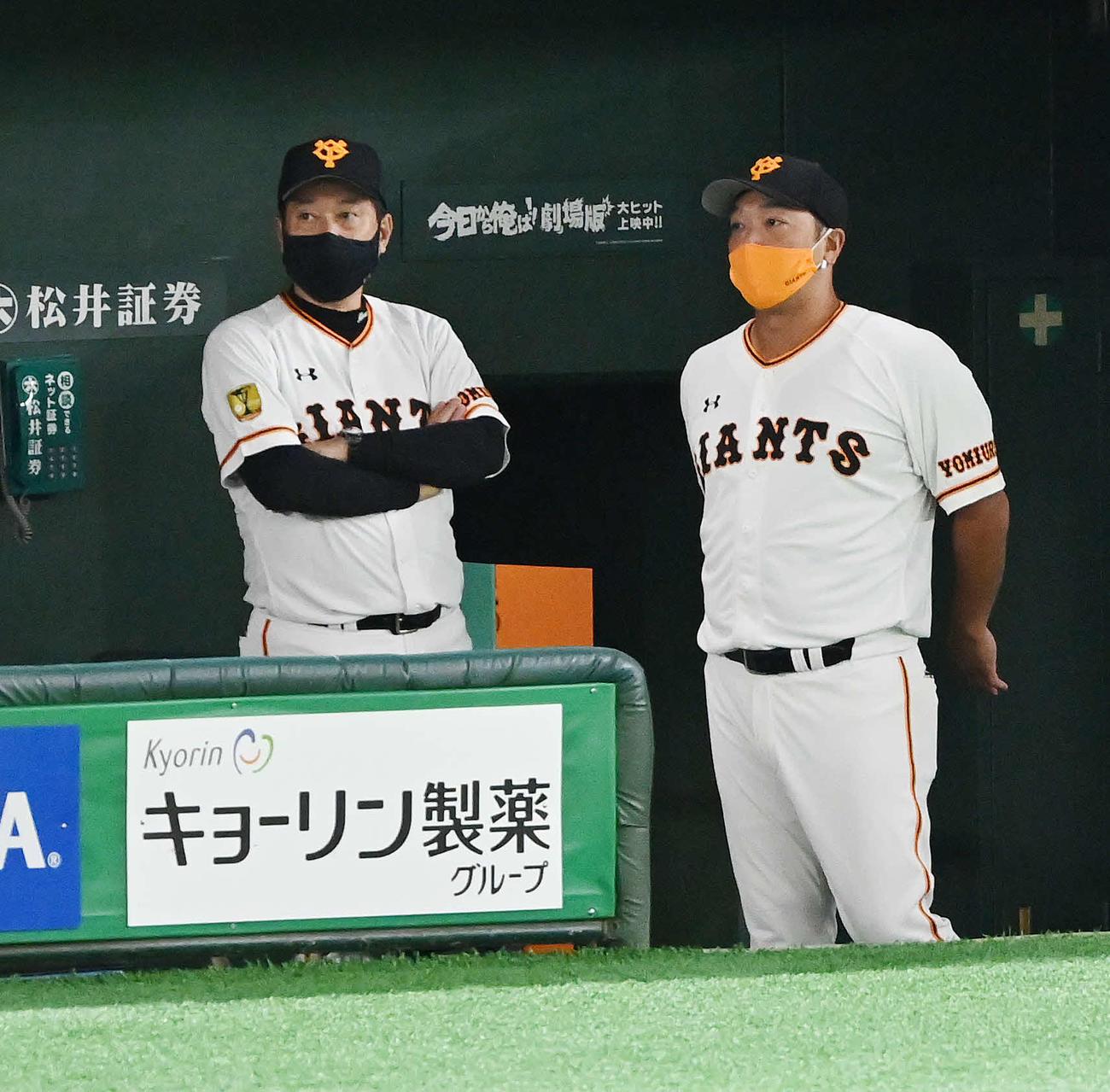 巨人対阪神 試合開始前、原監督(左)と話す巨人阿部ヘッドコーチ代行(撮影・鈴木みどり)
