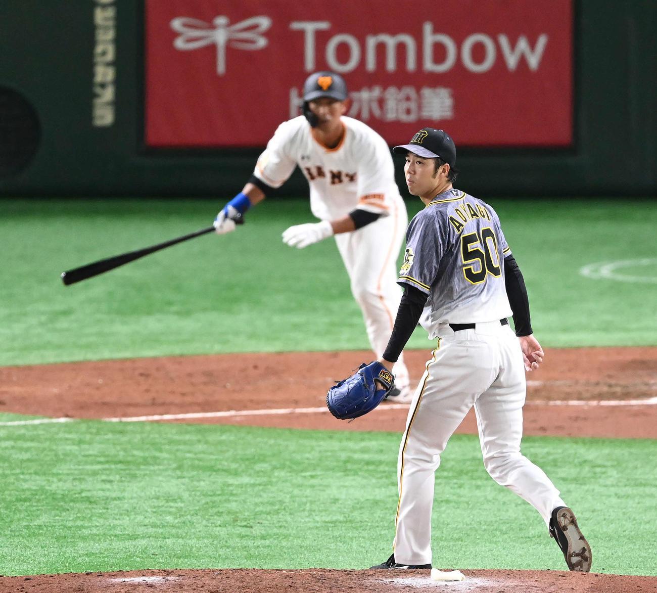 巨人対阪神 4回裏巨人1死二塁、立岡に右前適時打を浴びる青柳(撮影・鈴木みどり)