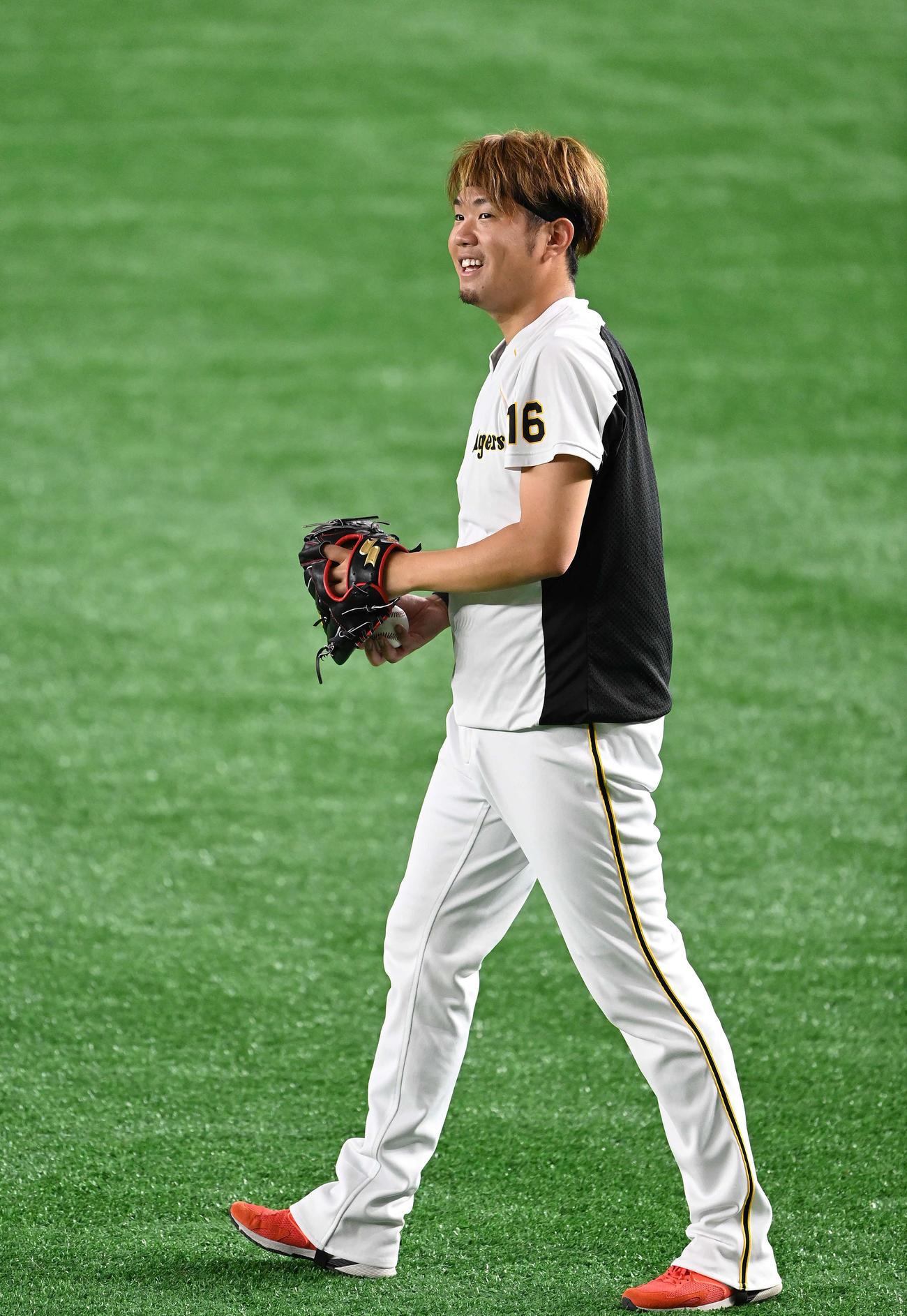 巨人対阪神 試合前練習のキャッチボールで笑顔の阪神西勇(撮影・鈴木みどり)