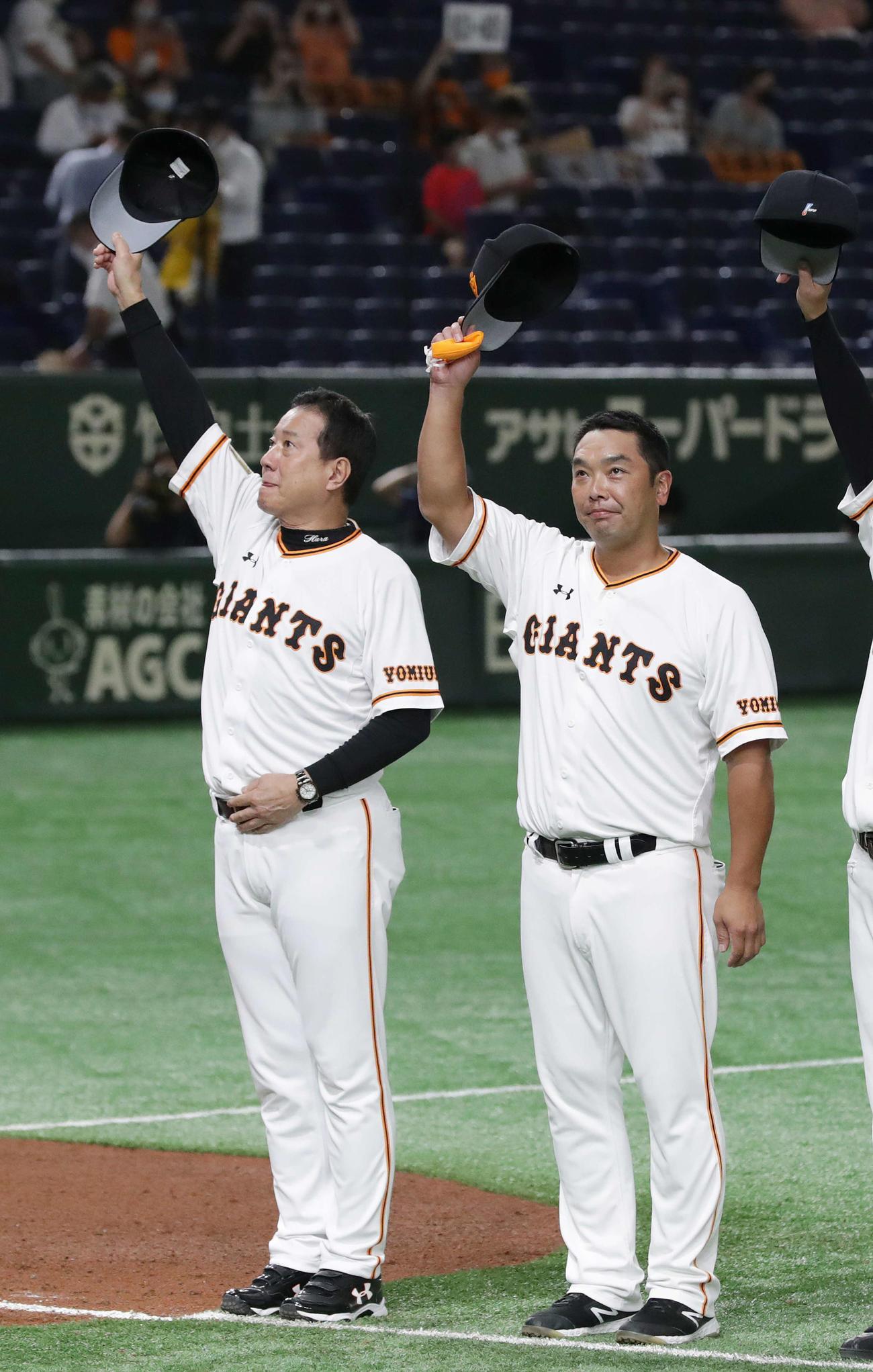 巨人対阪神 阪神を下し、客席に帽子を振る原監督(左)と阿部ヘッドコーチ代行(撮影・河野匠)