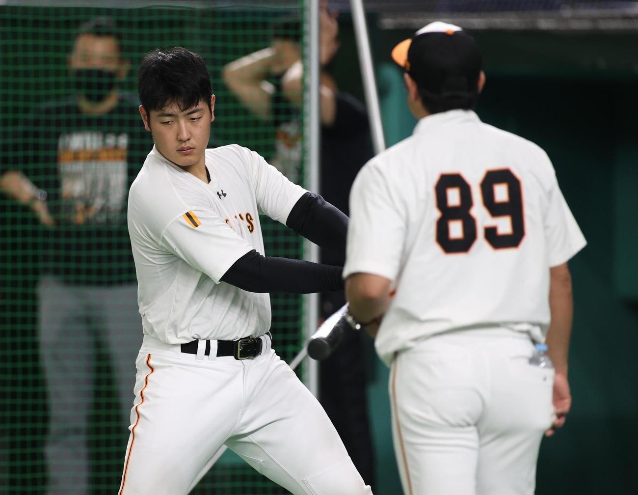 巨人対阪神 試合前、ティー打撃を行う巨人岡本(撮影・河野匠)