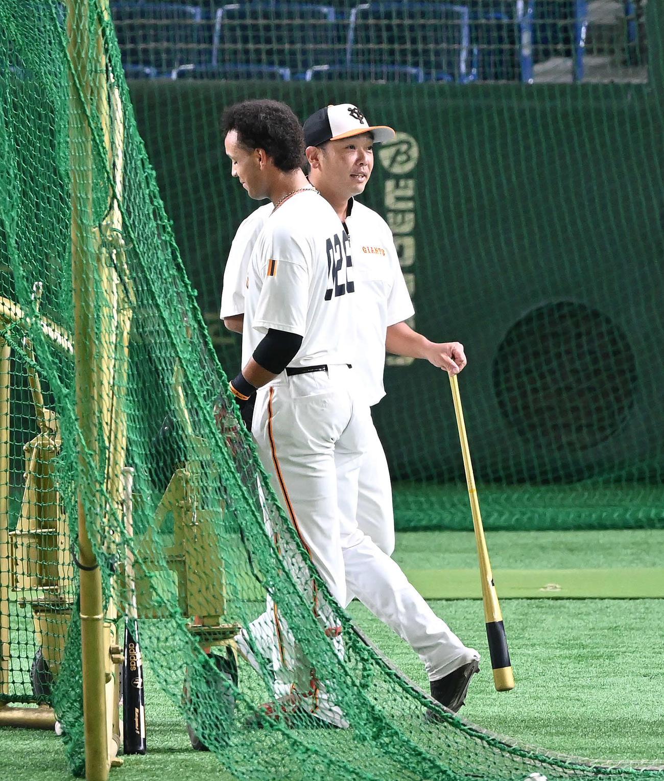 阪神戦の試合前練習で、タッチを交わす巨人阿部ヘッドコーチ代行(右)とウレーニャ(2020年9月16日撮影)