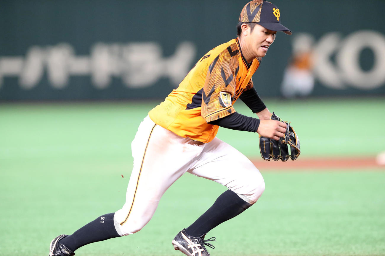 巨人対阪神 9回表阪神1死一、三塁、田中俊は近本の打球をエラーする(撮影・加藤哉)