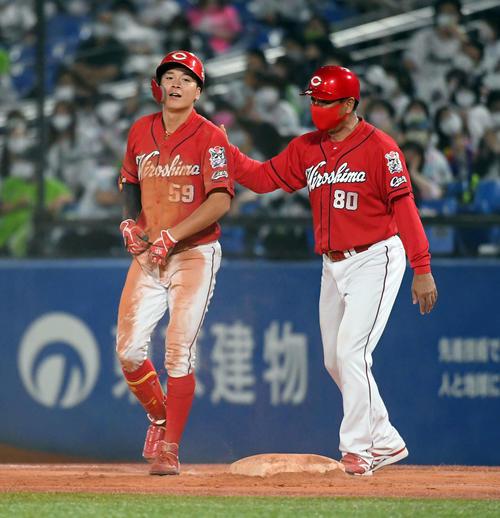 ヤクルト広島東洋カープ10回表広島2死2 3塁タイムリー内野安打を放ち、一塁にヘッドスライディングして、ドロップだらけにされている大成(撮影従う見明美)