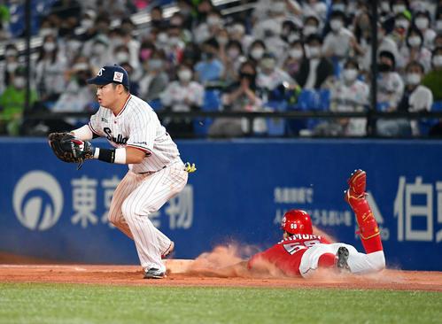 ヤクルト広島東洋カープ10回表広島2死2三塁一塁にヘッドスライディングでタイムリー内野安打を決定大成(撮影従う見明美)
