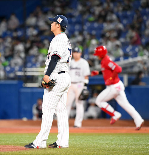 ヤクルト広島東洋カープ8回表広島1死、堂林タイソロ本塁打を受ける清水(撮影従う見明美)