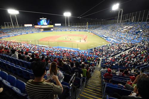 ヤクルト広島東洋カープ約15000人の観客が集まった神宮球場(撮影従う見明美)