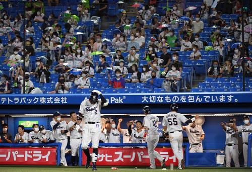 ヤクルト広島東洋カープ2回裏ヤクルト1死1塁、2点本塁打を放ったサカグチウル迎えるナイン(撮影従う見明美)