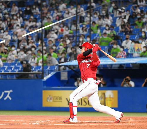 ヤクルト広島東洋カープ8回表広島1社左越え本塁打を放つ堂林(撮影従う見明美)