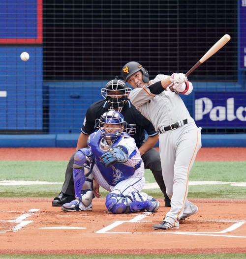 DeNA対巨人 1回表巨人1死三塁、中前に先制適時打を放つ坂本(撮影・江口和貴)
