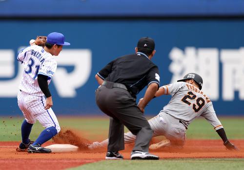 DeNA対巨人 1回表巨人1死一塁、二盗を決める吉川尚(右)。左は柴田(撮影・狩俣裕三)