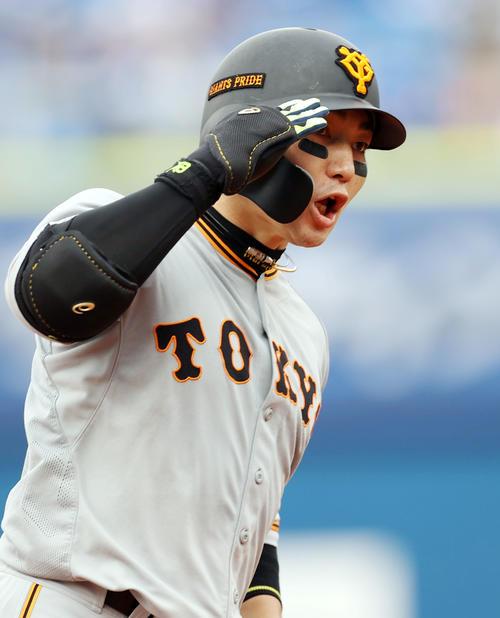 DeNA対巨人 4回表巨人無死一塁、2点本塁打を放つ丸(撮影・狩俣裕三)
