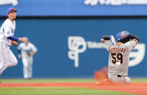 DeNA対巨人 7回表巨人2死一、三塁、打者坂本のとき一塁走者松原の二盗は捕手戸柱の悪送球を誘う(撮影・丹羽敏通)