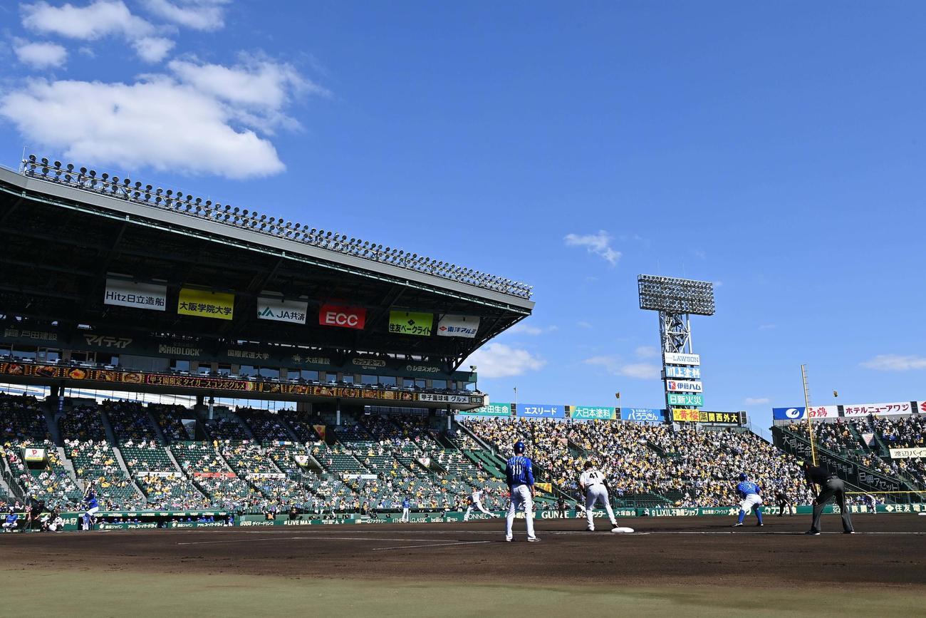 阪神対DeNA アルプスのファンを背に投球する阪神先発の岩田稔(撮影・上田博志)