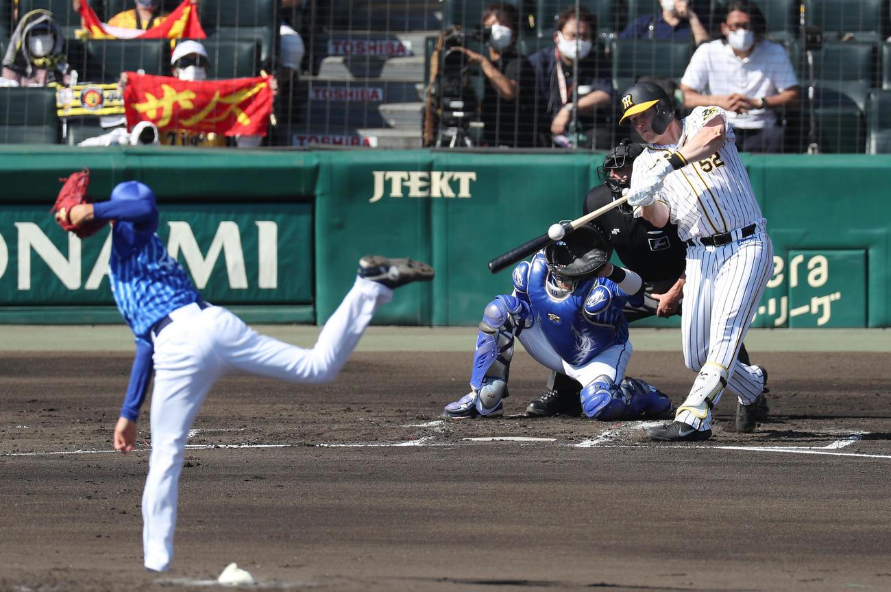 阪神対DeNA 1回裏阪神2死二塁、先制の左前適時打を放つジェリー・サンズ。投手京山将弥(撮影・前田充)