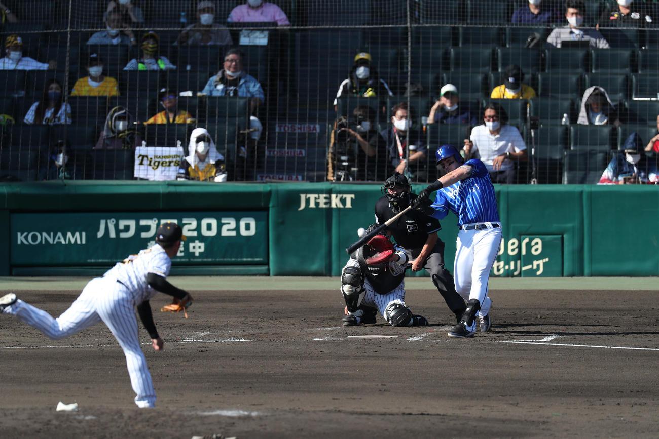 阪神対DeNA 4回表DeNA無死、右中間へ同点本塁打を放つオースティン。投手岩田(撮影・前田充)