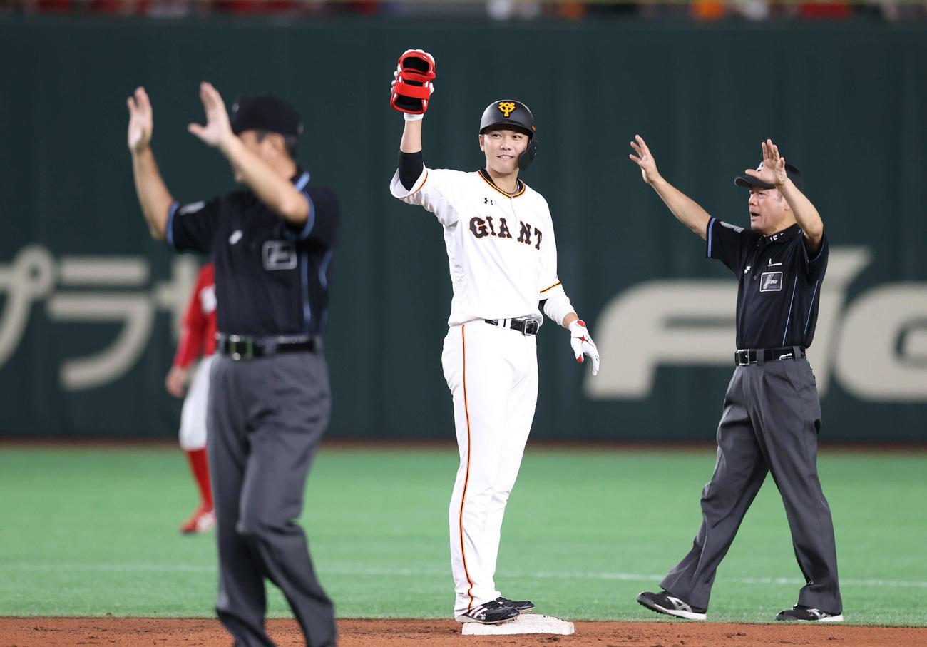 巨人対広島 6回裏巨人1死二、三塁、2点適時二塁打を放ち、ベンチに向かってアピールする坂本(中央)(撮影・河野匠)