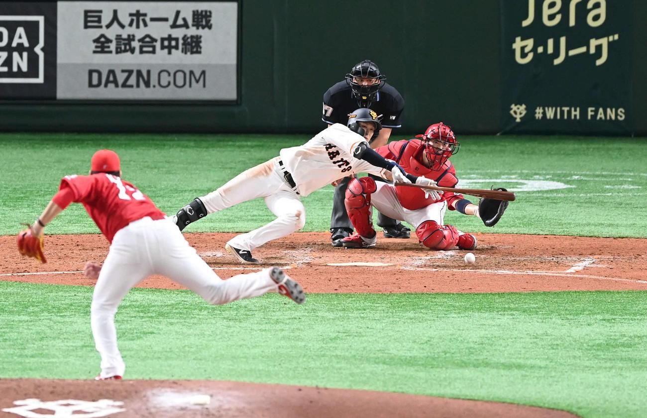 巨人対広島 4回裏巨人1死三塁、スクイズを試みる吉川尚。投手九里(撮影・山崎安昭)