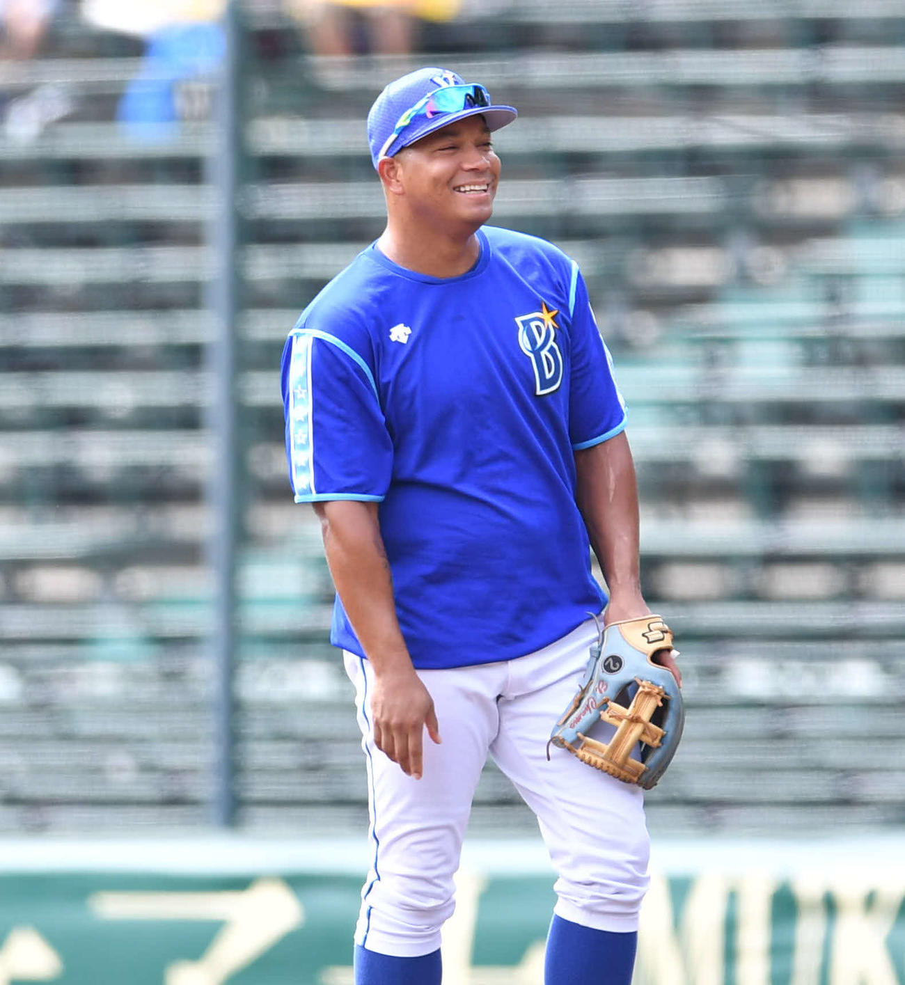 阪神対DeNA17回戦 試合前、一塁の守備位置につき笑顔を見せるDeNAホセ・ロペス(撮影・岩下翔太)