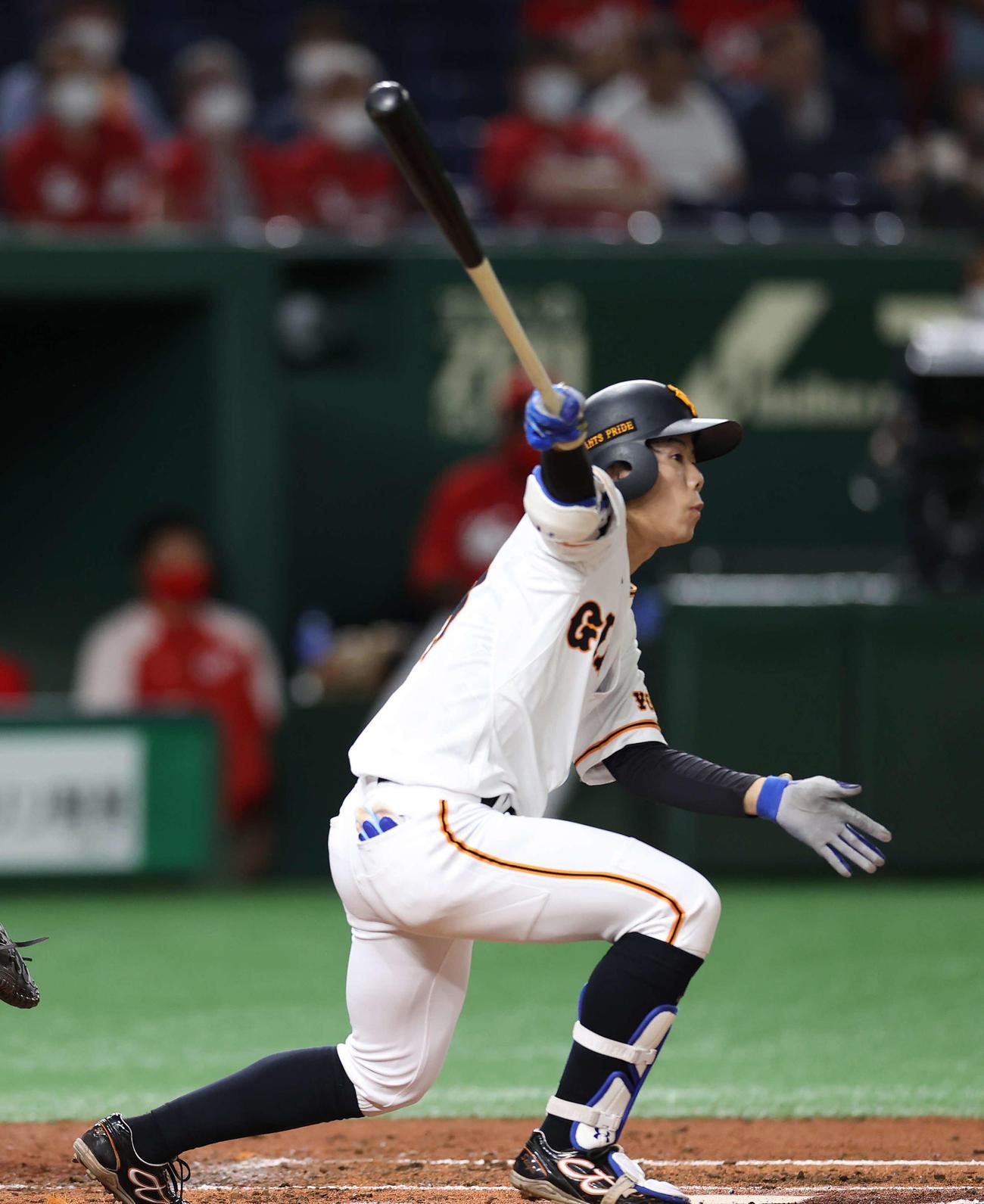 巨人対広島 3回裏巨人2死一、二塁、先制の2点適時二塁打を放つ松原(撮影・河野匠)