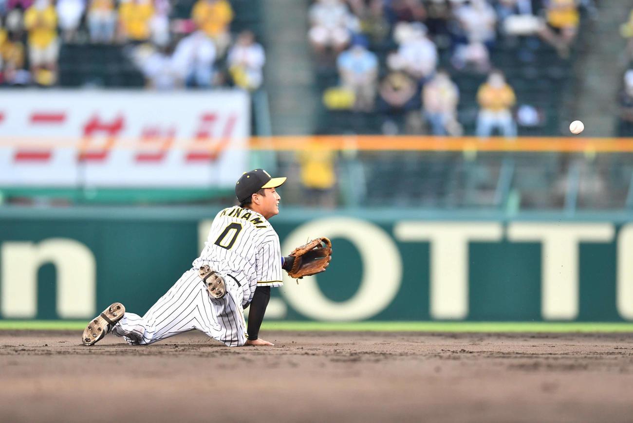 阪神対DeNA17回戦 9回表DeNA1死一塁、オースティンの遊ゴロを好捕し、二塁へグラブトスする木浪(撮影・岩下翔太)