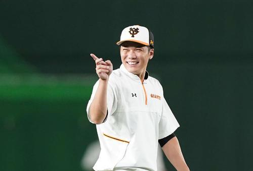 巨人対広島 試合前練習で笑顔を見せる巨人坂本(撮影・鈴木みどり)