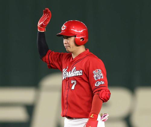 巨人対広島 4回表広島1死一塁、適時二塁打を放ちベンチの祝福に応える堂林(撮影・河野匠)