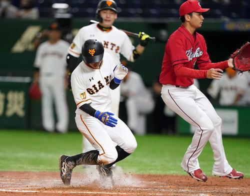 巨人対広島 4回裏巨人2死三塁、打者丸の時、島内(右)の暴投で生還する三塁走者松原(撮影・鈴木みどり)