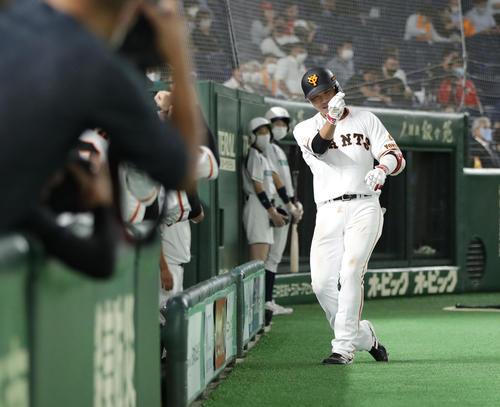 巨人対広島 3回裏巨人無死、右越え本塁打を放ちベンチ前でポーズを決める坂本(撮影・河野匠)